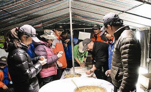 登山队会师珠峰 吃饺子迎五一